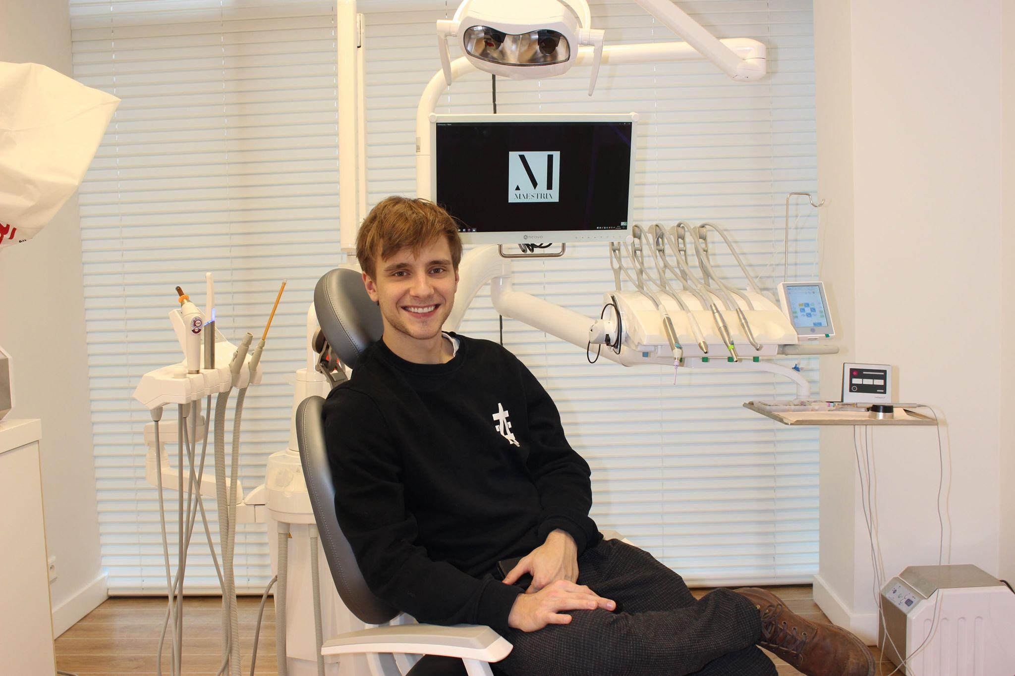 Maciej Musiał na fotelu dentytystycznym